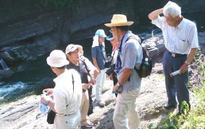化石発見現場で村上氏の説明を受けました