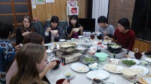鍋を囲んで夕食
