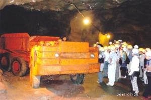 坑道には当時の重機がまだおいてあります