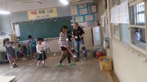 教室の掃除を手伝いました