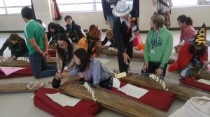 ハローウィーンの仮装した子供達にお琴を教えていただきました