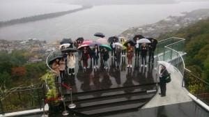 小雨の天の橋立で記念写真