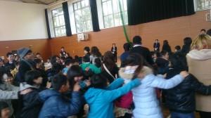 東綾小学校の歓迎セレモニーで大はしゃぎ